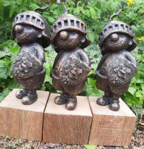 Kleiner-Ritter-Strolch-Bronzefigur-drei