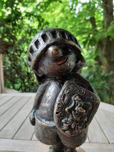 Kleiner-Ritter-Strolch-Bronzefigur_2